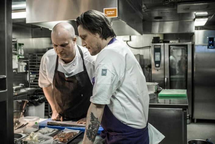 De to kokkene Christian Mortensen (til venstre) og Søren Westh planlegger den nye menyen som er klar 1. mai. (Foto: DFDS)