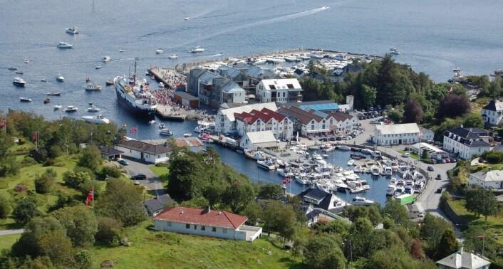 Bekkjarvik Gjestgiveri (til høyre i bildet) er den eneste norske restauranten utenfor byene som er med i 2018-utgaven av Michelin-guiden. (Foto: De Historiske/Bekkjarvik Gjestgiveri)