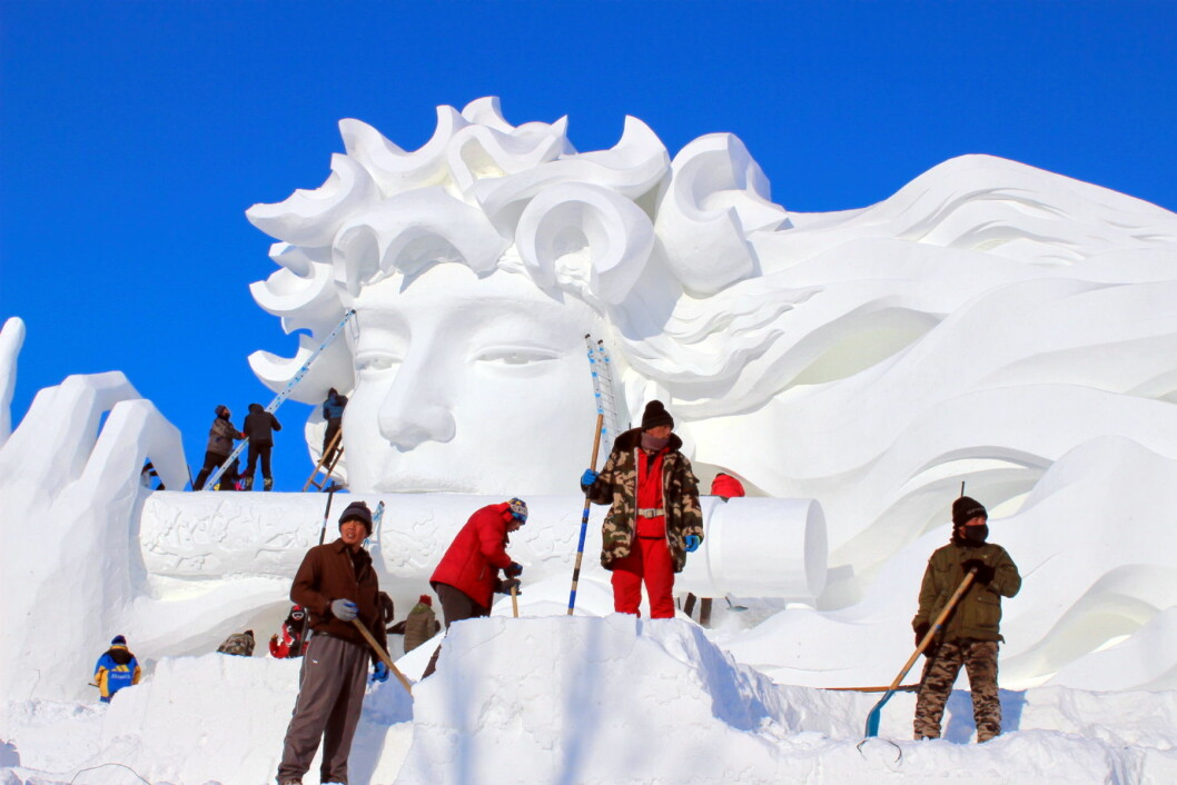 Bildet viser hvilke enorme dimensjoner de kinesiske kunstnerne er vant til å arbeide med. Dette er fra Harbin i Kina. (Foto: DestinasjonsKirurgene)