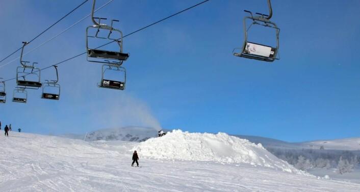 De kinesiske is- og snøkunstnerne har bestilt en snøhaug på nærmere 1500 kubikkmeter i alpinbakken på Beitostølen. (Foto: DestinasjonsKirurgene