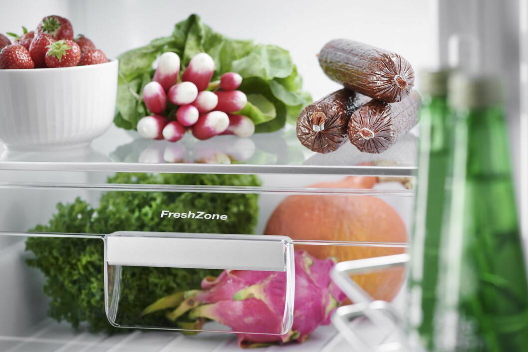 Nordmenn kaster altfor mye mat i søppelkassen. Et intelligent kjøleskap bidrar til å unngå det. (Illustrasjonsfoto: Gram)