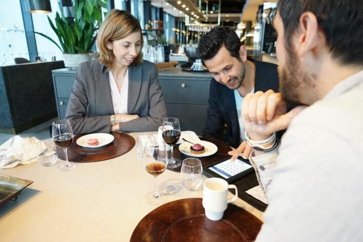 Gjestene får fire av 40 spørsmål om mat, service og alt annet som er viktig for å restaurant å vite om sine gjester. Spørsmålene kommer med regningsmappen og er koblet til Vipps. Det øker svarprosenten mens matopplevelsen er fersk. Mappene brukes i dag på «De Historiske hotel og Spisesteder» og som her, på Kitchen&Table på Clarion Hotel Air ved Stavanger lufthavn, Sola. F.v: Marie Hatjoullis-Olsen, Daniel Chaibi og Stian Løkling Pedersen. (Foto: Hilde Garlid, Validé)