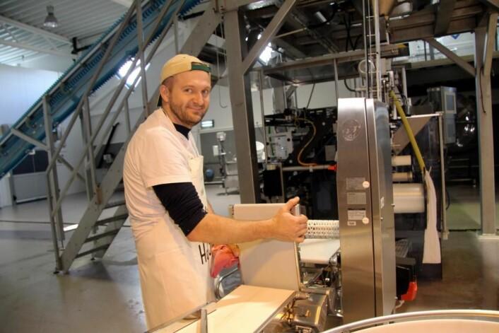 Jaroslaw Gora ved pakkemaskinen i Spirehagens lokaler. (Foto: Morten Holt)