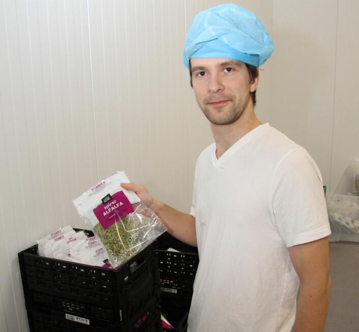 Fabrikksjef Evgeny Markevich med en ferdig pakket pose med alfalfa-spirer. (Foto: Morten Holt)