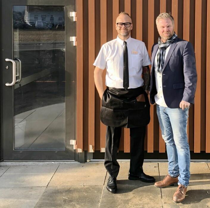 Restaurantsjef Boas Boasson (til venstre) og franchisetager Ronny Sigbjørnsen utenfor den nye McDonald's- restauranten i Sola. (Foto: McDonald's Sola)