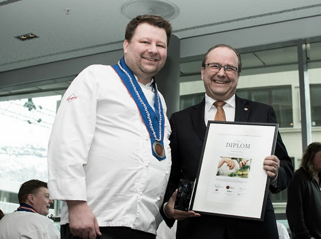 Rekrutteringsansvarlig i NKL, Petter Markussen, delte ut prisen til To Rom og Kjøkken og Roar Hildonen (til venstre). (Foto: Morten Holt)