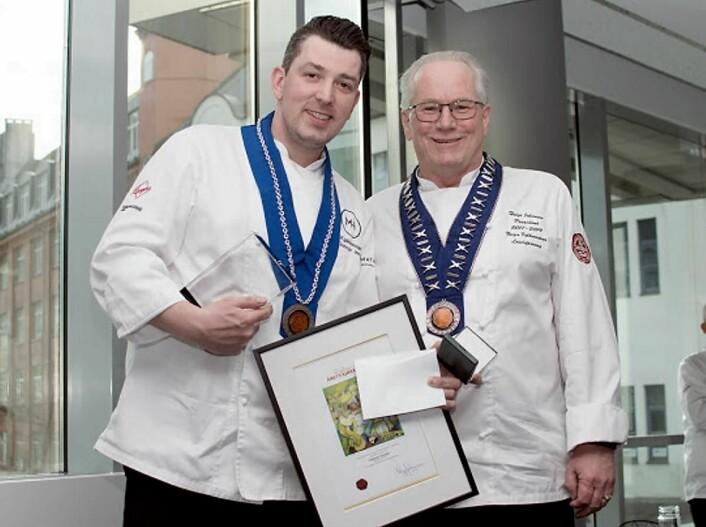 Gunnar Jensen (til venstre) er«Årets kjøkkensjef 2017». Her sammen med presidenten i NKL, Helge Johansen. (Foto: NKL)