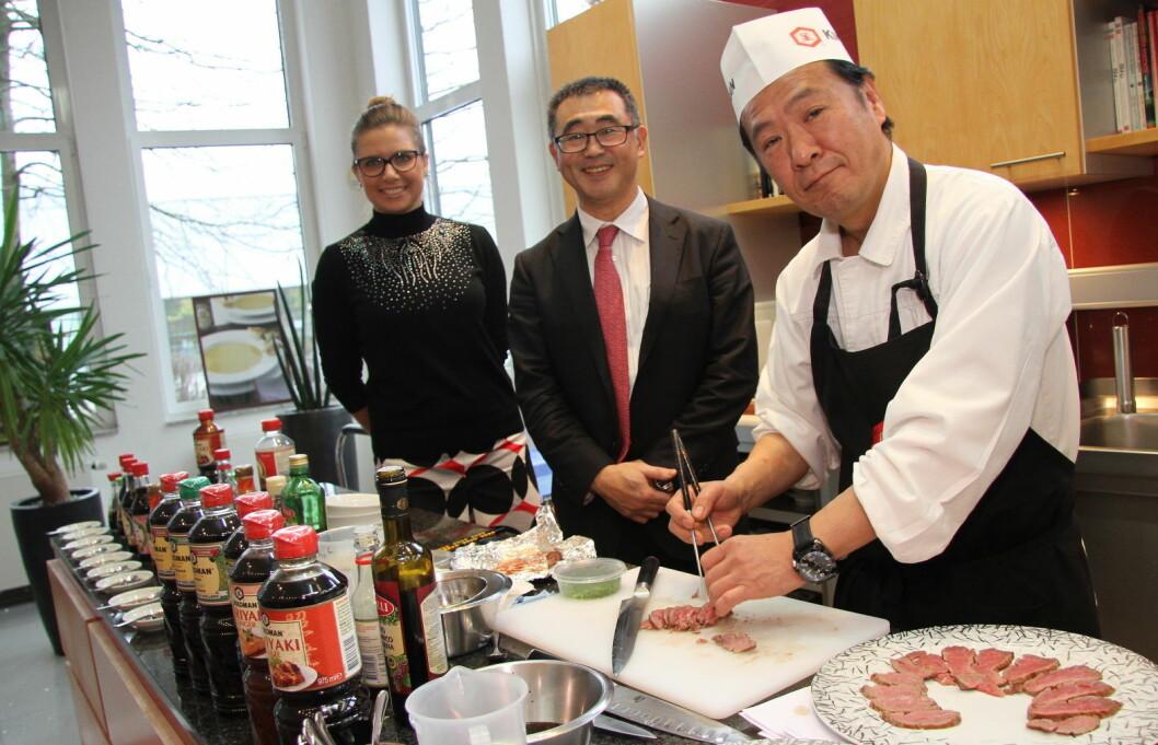 Fra venstre Kikkomans salgssjef for Europa, Popi Malgorzata, Europa-sjef Junichi Sawano og sjefskokk Kiyoshi Hayamizu. (Foto: Morten Holt)