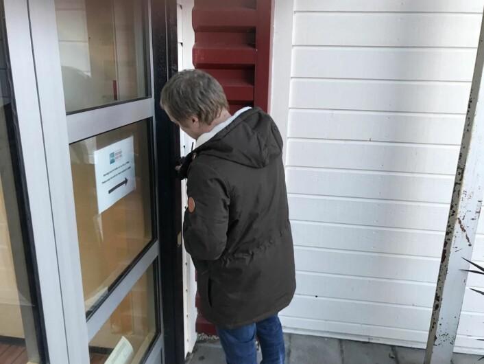 Gjesten bestiller rom på nett, får så en kode på SMS/epost, som fungerer så lenge gjesten er innsjekket. Her er daglig leder Pål Tønder på Kongsvinger Budget Hotel. (Foto: Getshop)