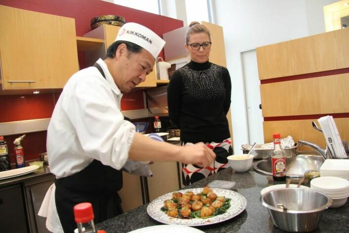 Kiyoshi Hayamizu tilbereder kamskjell i soyasaus, mens Popi Malgorzata, som er salgssjef for Europa, følger med. (Foto: Morten Holt)