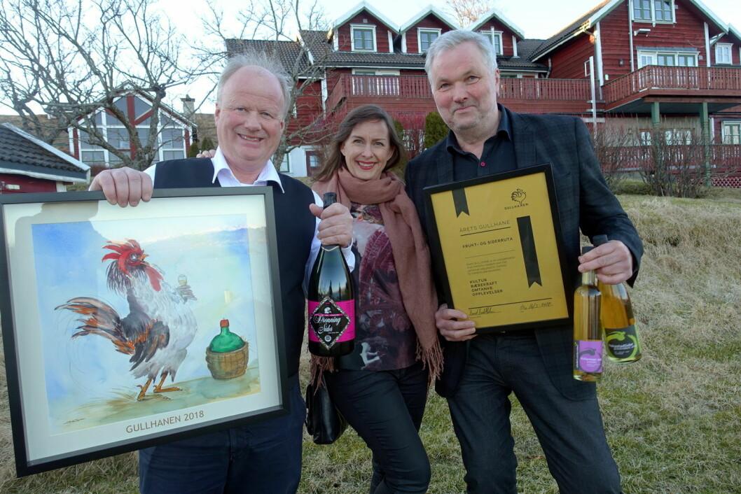 Årets GullHane til Frukt- og siderruta. Fra venstre Nils Lekve, Christine Baglo og Asbjørn Børsheim. (Foto: Hanen)