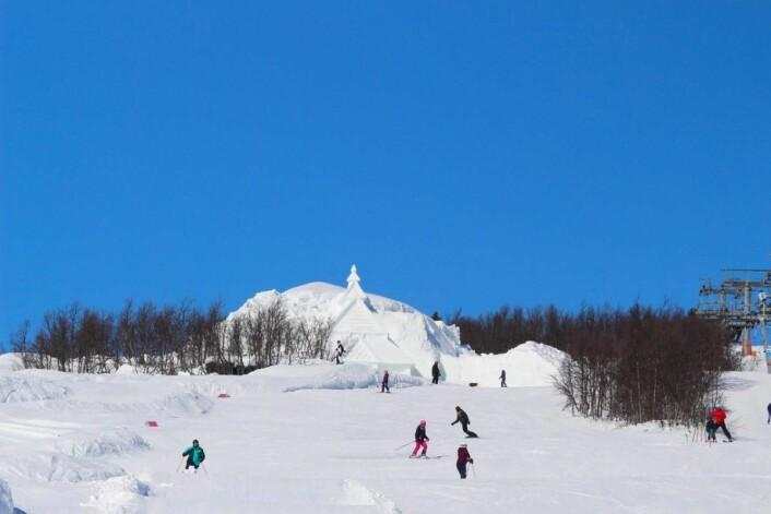 Stavkirken i snø er godt synlig over hele Beitostølen. (Foto: DestinasjonsKirurgene)
