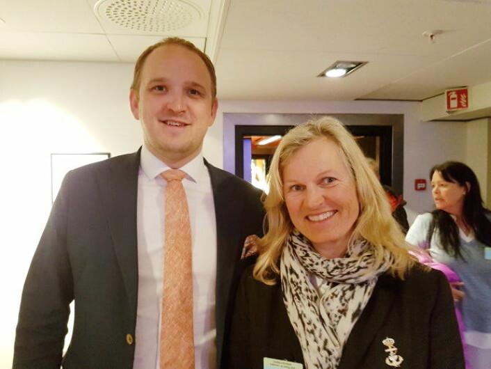 NHO Reiseliv-direktør Kristin Krohn Devold og landbruks- og matminister Jon Georg Dale (FrP) under Landskonferansen for restaurant- og matfag. (Foto: NHO Reiseliv)