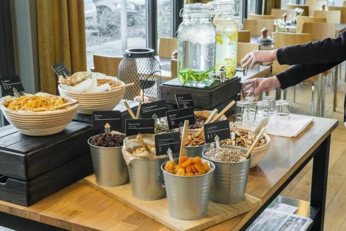 – Vi har et litt mindre utvalg til frokost enn de store kjedene, men tilbyr en god skandinavisk frokost, sier Ørjan Kjærstad. (Foto: Smarthotel)