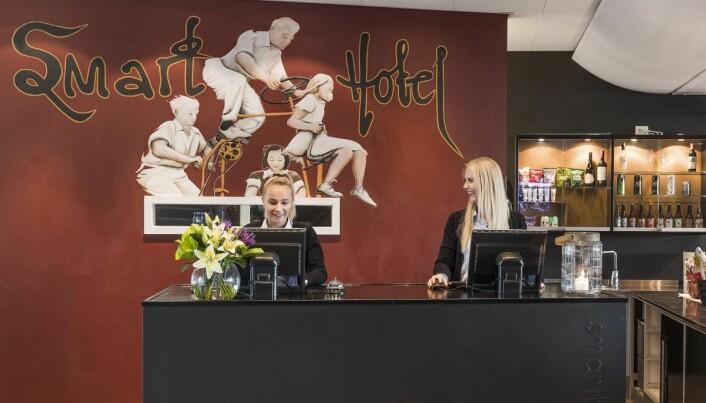 Smartvertene hjelper deg gjennom hotellhverdagen på de forskjellige hotellene i Smarthotel. Her Malin Tønnessen (til venstre) og Solveig Nakken. Sistnevnte er også salgsleder på Smarthotel Forus. (Foto: Smarthotel)