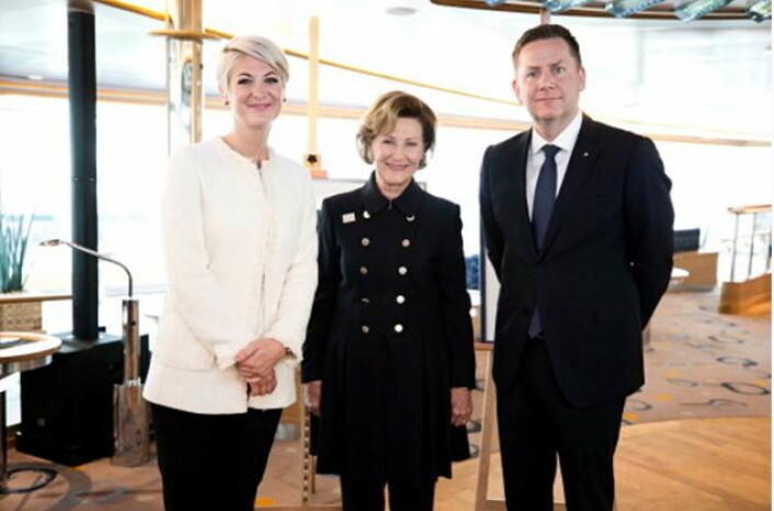 Dronning Sonja flankert av Hurtigrutens konsernsjef Daniel Skjeldam og Julie Ebbing, en av kunstnerne som gjennom samarbeidsavtalen mellom QSPA og Hurtigruten skal delta i utsmykkingen av MS Roald Amundsen.(Foto: Pontus Höök/Hurtigruten)