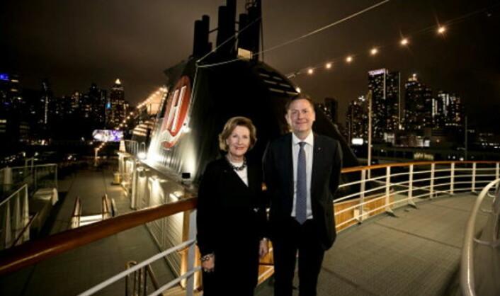 Om bord på Hurtigrutens MS Fram med Manhattans skyline i bakgrunnen, offentliggjorde HM Dronning Sonja og Hurtigrutens konsernsjef Daniel Skjeldam samarbeidet mellom QSPA og Hurtigruten. (Foto: Pontus Höök/Hurtigruten)