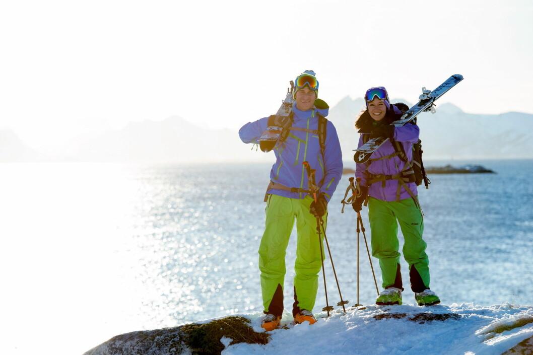 Kokk Fredrik Lundgren og Nina Kristine Madsen-Geelmuyden på tur. (Foto: Norwegian Adventure Company)
