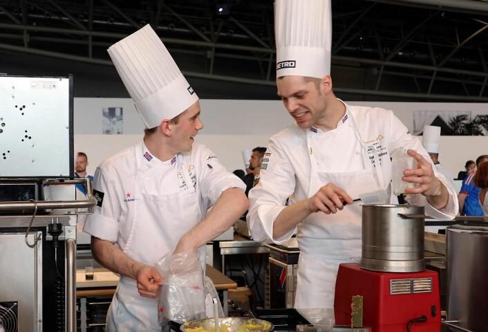 En av medaljefavorittene, Island, er i aksjon i dag. Her er kokk Bjarni Jakobsson (til høyre) og commis Isak Porsteinsson i konkurranseboksen. (Foto: Heidi Fjelland)