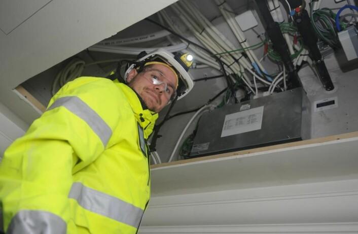Sammen med Wago har Vintervoll utviklet en Wagoboks, som er montert over himling i hotellrommene der alt av lys og tekniske komponenter plugges inn. Bas Thomas Fivelstad hos Vintervoll inspiserer boksen over himling
