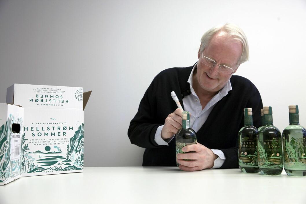 Eyvind Hellstrøm har signert 100 flasker, som nå er på vei til Vinmonopolet. (Foto: Moestue)