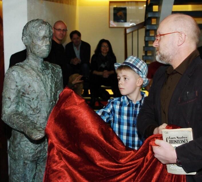 Avduking av Nico Widerbergs skulptur Herman. Det kom som en følge av at Sortland Hotell har originalmanus av boka og filmen Herman. (Foto: Trond K. Johansen, Bladet Vesterålen)