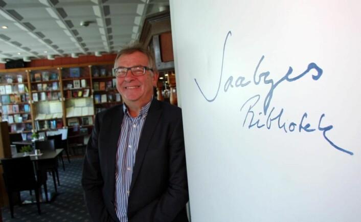 Harald Mical Jakobsen ved inngangen til Saabyes bibliotek på Sortland Hotell. (Foto: Morten Holt)