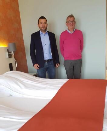 Espen og Harald M. Jakobsen på ett av de nye rommene på Sortland Hotell. (Foto: Sortland Hotell)