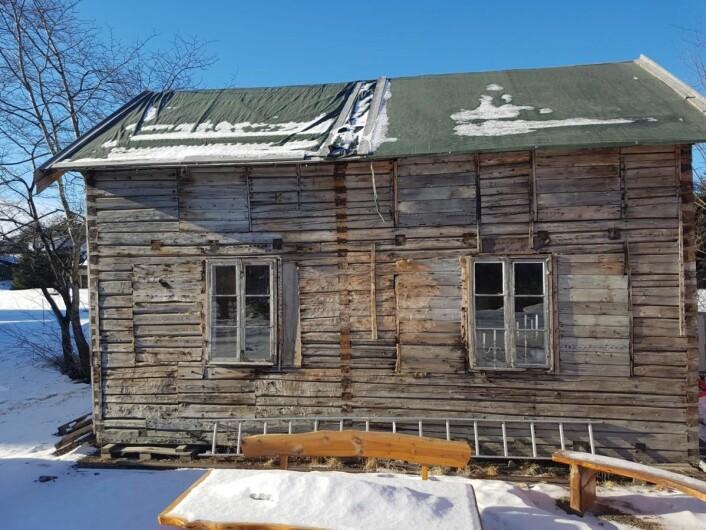 Nå er en gammel gråsteinsmur, som stua skal stå på, på plass, og straks starter arbeidet med å restaurere den gamle tømmerbygningen, som skal bli hotellets «dikterstue». (Foto: Sortland Hotell)