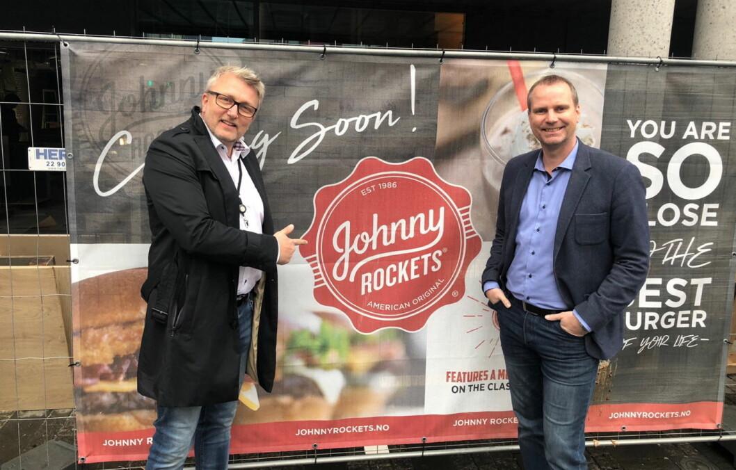 Jon-Erik Kristiansen (til venstre) og Anders Nilsson er klare for åpning av Norges første Johnny Rockets-restaurant i Storgata i Oslo. (Foto: Johnny Rockets)