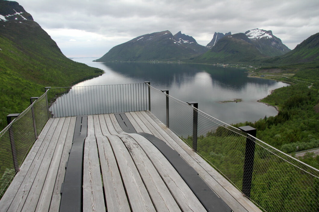 Bergsbotn rasteplass innerst i fjorden med utsikt mot Bergsbotn og Skaland (lengst borte ytterst på odden). (Foto: Morten Holt)