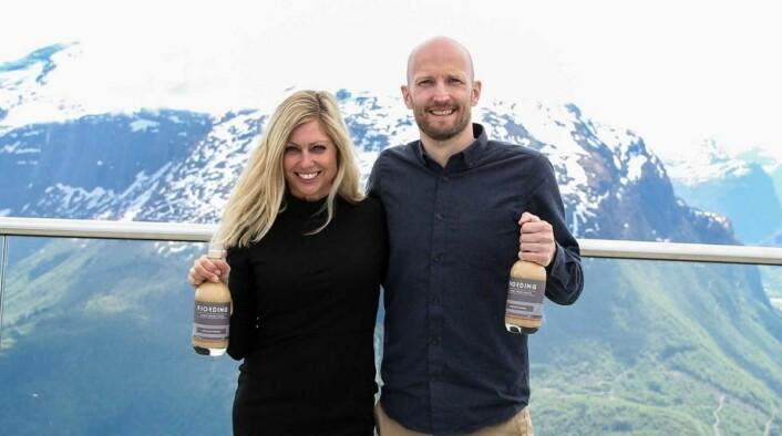 Gründer Øyvind Løkling sammen medJanne Endal Andersson, som står for festen på Hoven Loen, og er Fjording-ambassadør. (Foto: Fjording)