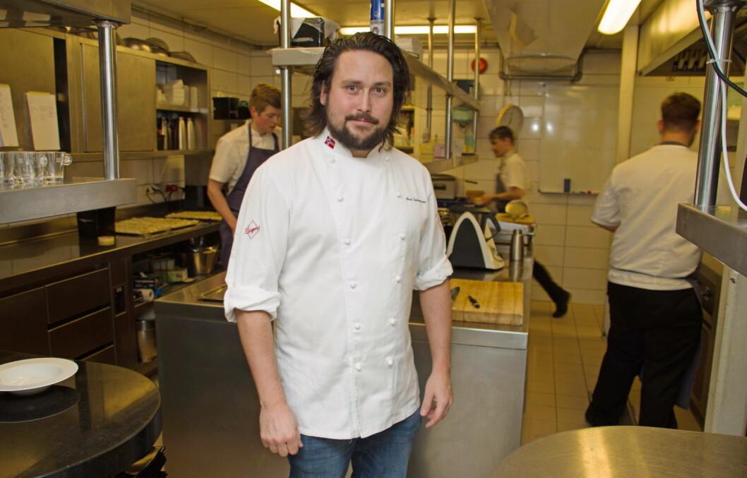 Arnt Johannessen roser gode kolleger på kjøkkenet og mener dyktige kokker er bra for de mange lærlingene. (Foto: Georg Mathisen)