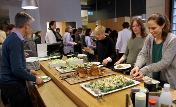 De ansatte i Gyldendal forlag i Oslo setter pris på tilbudet i kantinen i Sehesteds gate i Oslo sentrum. (Foto: Morten Holt)