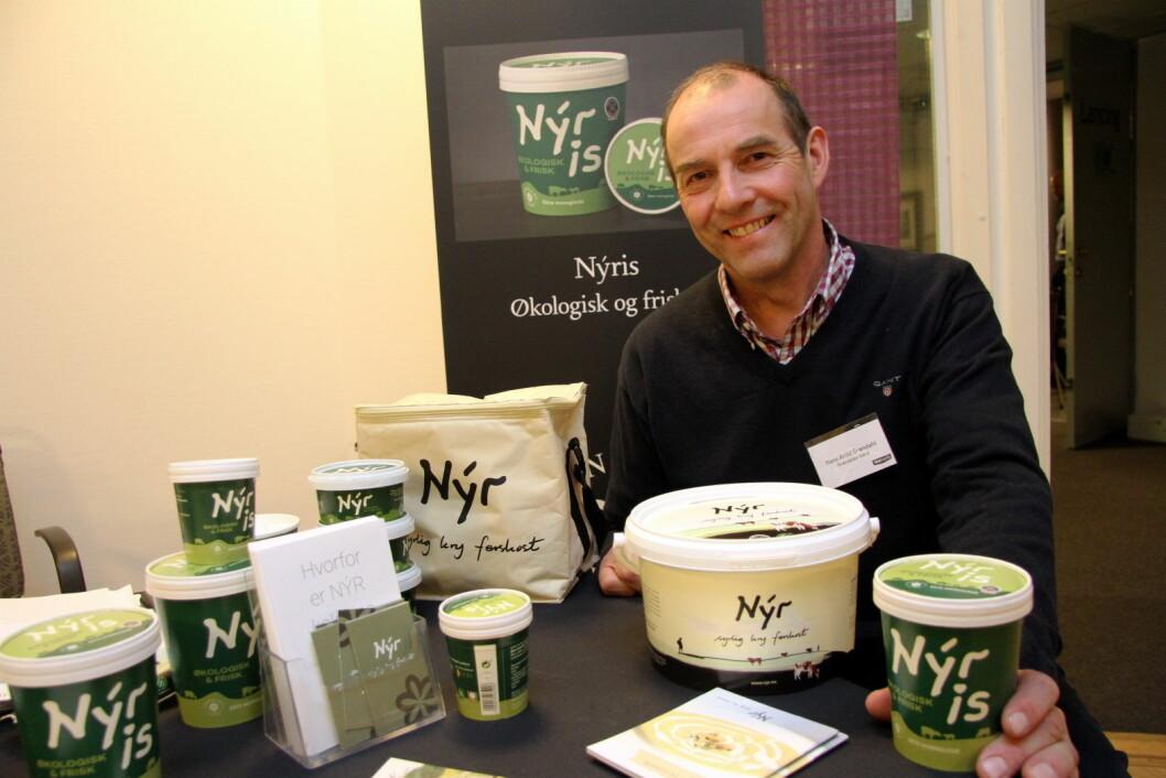 Hans Arild Grøndahl med noen av Nýr-produktene fra Grøndalen Gård. (Foto: Morten Holt)