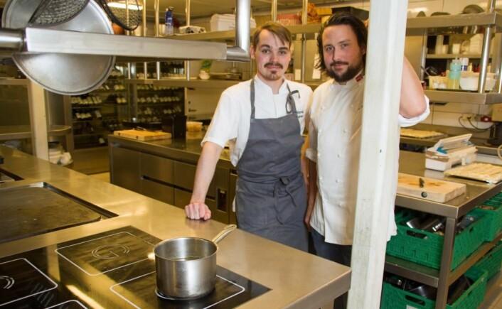 Soussjef Odd Rainer Hildrum og Arnt Johannessen skaper miljø og god mat på Bekkjarvik-kjøkkenet. (Foto: Georg Mathisen)