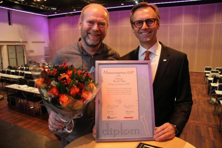 Fjorårets vinner av Matomsorgsprisen, Ronald Takke (til venstre) sammen med juryleder Ivar Villa. (Foto: Morten Holt)