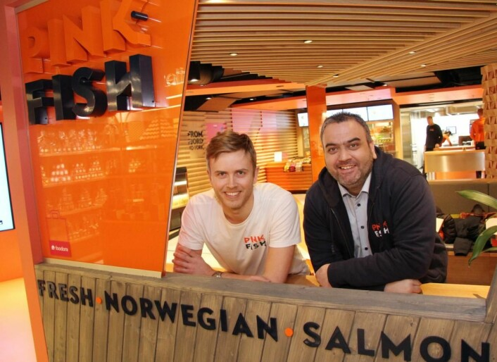Geir Skeie og Ronny Gjøse styrer Pink Fish-skuta. (Foto: Morten Holt)