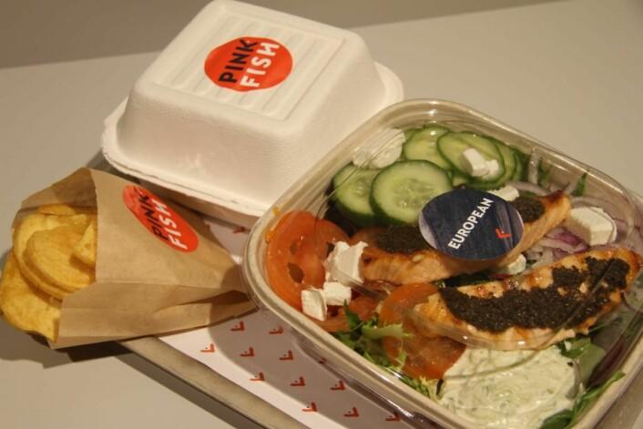 Emballasjen som brukes hos Pink Fish er laget av det miljøvennlige materiale bagasse. (Foto: Morten Holt)