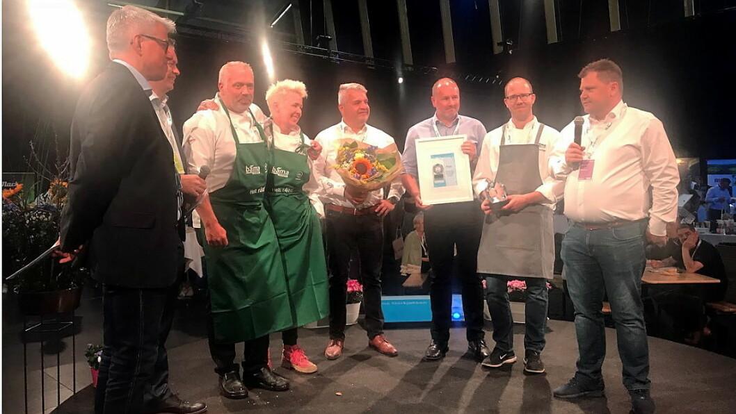 Årets matleverandør 2017 er Bama. Fra venstre: Morten Karlsen (direktør for verving og innkjøp i NHO Reiseliv), Øyvind Frich (leder av innkjøpsutvalget i NHO Reiseliv Innkjøpskjeden), André Misund (fagsjef sjømat i Bama Storkjøkken), Thone-Gunn Berntsen (salgskonsulent i Bama Storkjøkken), Jon Eskedal (salgs- og markedsdirektør i Bama Storkjøkken), Bent Andersen (administrerende direktør i Bama Storkjøkken), Amund Holm (regional salgssjef) og Jan Anders Brun (Key Account Manager). (Foto: NHO Reiseliv Innkjøpskjeden)