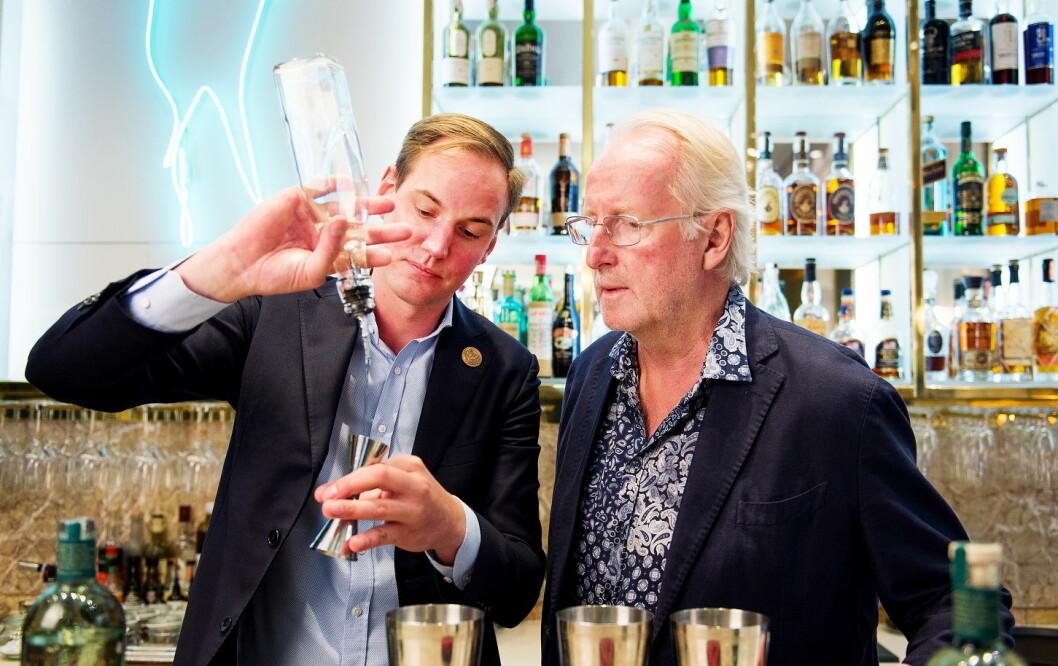 Grand Hotels barsjef Filip Åbom har utviklet fem drinker basert på akevitten Hellstrøm Sommer. (Foto: Moestue Grape Selections)