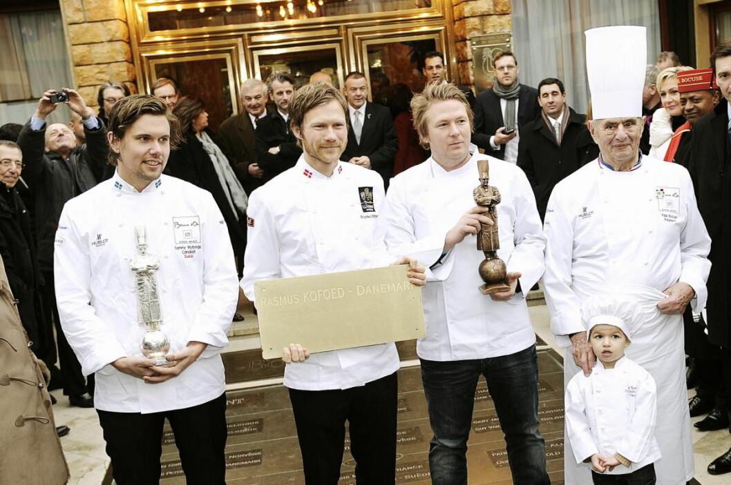 I 2011 bekledde Tommy Myllymäki (fra venstre), Rasmus Kofoed og Gunnar Hvarnes pallen i Bocuse d'Or, I år skal de alle tre lede de skandinaviske deltakere i Bocuse d'Or Europe i Torino i juni. Til høyre grunnleggeren for konkurransen, avdøde Paul Bocuse. (Foto: Arkiv)