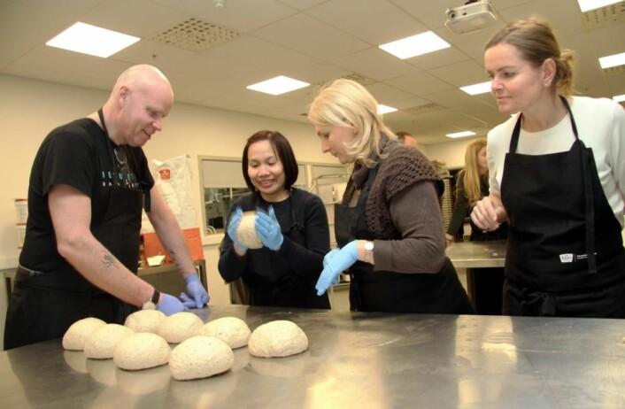 Fagkonsulent hos Idun Bakeri, Jonas Rod Jensen, rettleder Jon Kåre Sliper og Kristina Bajurina. (Foto: Morten Holt)