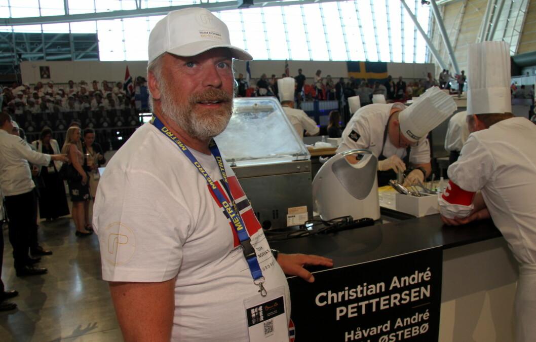 Eieren av Mondo, Thorstein Soma, følger med på sine ansatte. Bak er commis Håvard A. Josdal Østebø i aksjon. (Foto: Morten Holt)