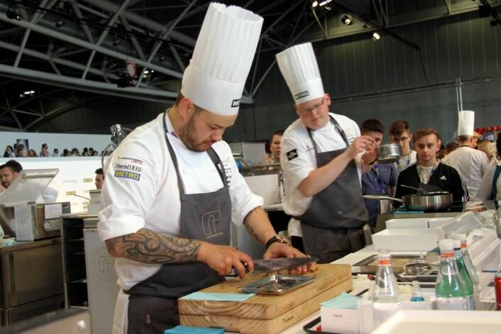Både Christian A. Pettersen og commis Håvard A. Josdal Østebø arbeider på restaurant Mondo i Sandnes. (Foto: Morten Holt)