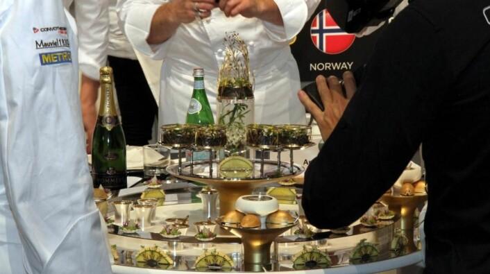 Norges fat blir båret frem. (Foto: Morten Holt)