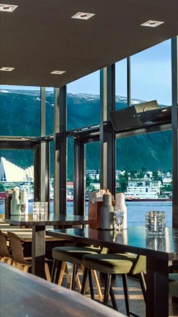 Store glassflater, flott utsikt, nærhet til havet og solvendt uteservering. 22. september åpner Du Verden i Tromsø. (Foto: De Verden)