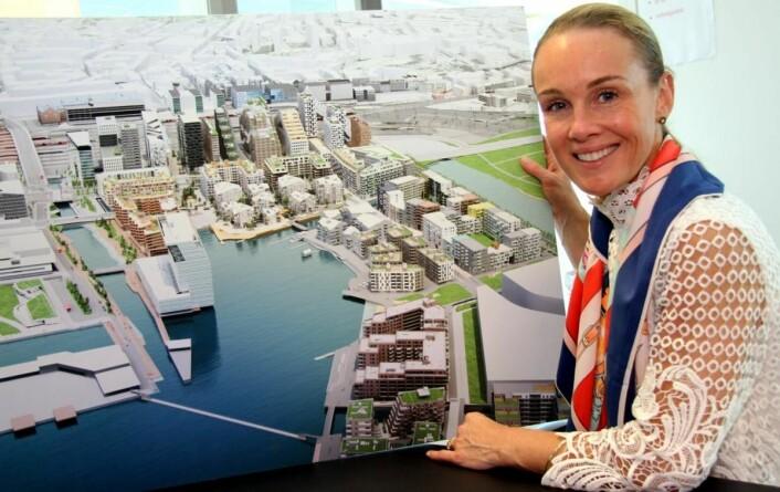 Maria Louise Rognerud med skissen av hvordan det blir i Bjørvika når alt skal stå ferdig. (Foto: Morten Holt)