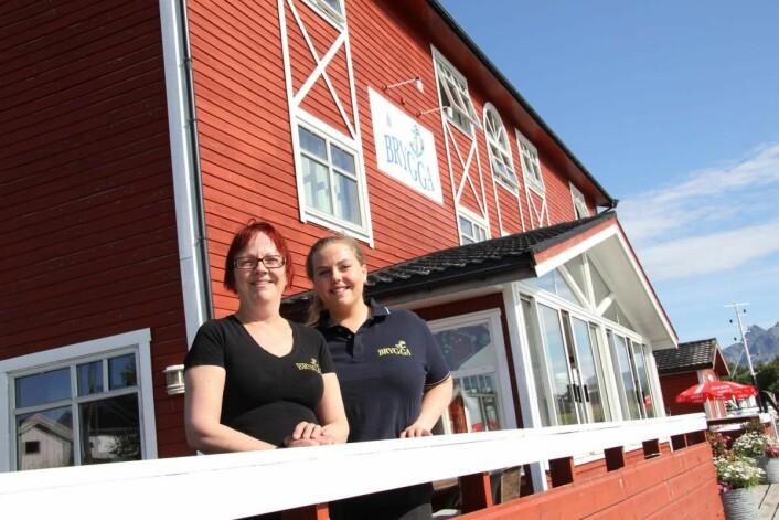 – Vi har et meget godt arbeidsmiljø på Herøy Brygge, og en fantastisk «likandes» og inkluderende sjef, sier Trine Valberg, som i 2018 er i sin åttende sesong på stedet. Her sammen med Vilde Paulsen. (Foto: Morten Holt)