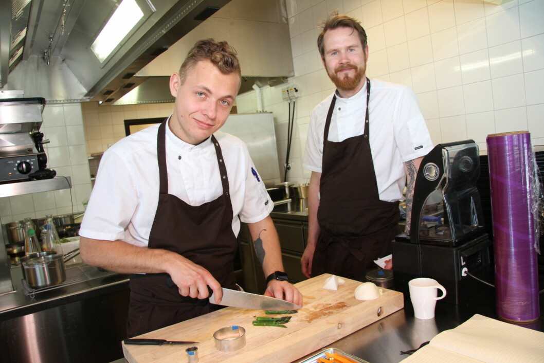 Kjøkkensjef Eirik Mehus og soussjef Jonathan Kolbu (til venstre). (Foto: Morten Holt)